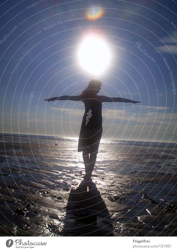Gott ist bei dir, spürst du es? Frau Himmel Wasser blau Sonne Ferien & Urlaub & Reisen Meer Sommer Strand Wolken ruhig Erwachsene schwarz Einsamkeit Ferne Freiheit