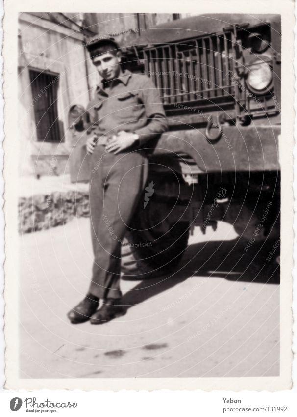 Mein Vater ausgefranst Armee Wehrdienst Soldat Mann Junger Mann Sechziger Jahre Türkei Istanbul Lastwagen Schwarzweißfoto Trauer Verzweiflung mit Rand