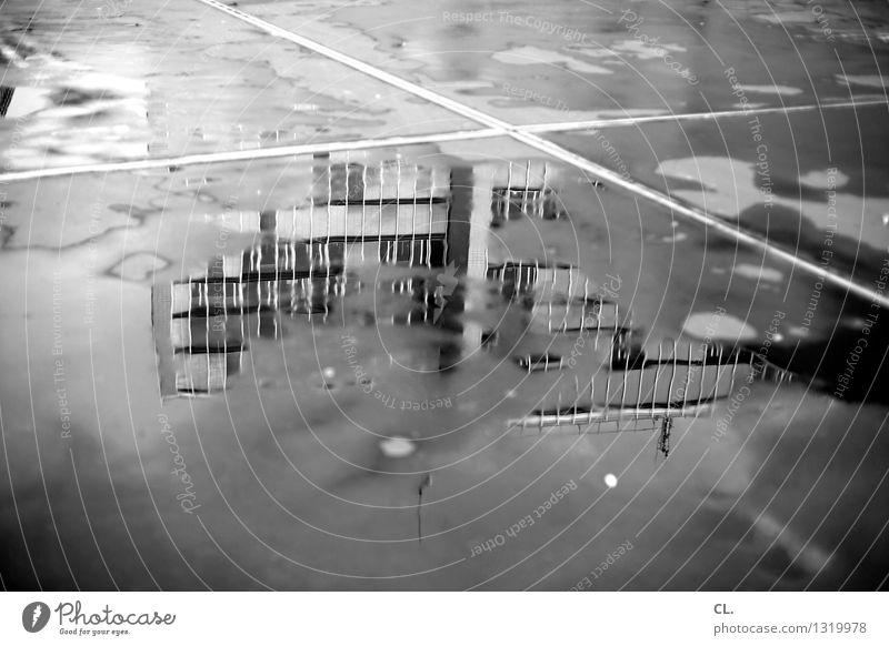 pfütze Wasser Herbst Klima Wetter schlechtes Wetter Regen Hochhaus Platz Gebäude Verkehr Verkehrswege Straßenverkehr Wege & Pfade Pfütze nass komplex