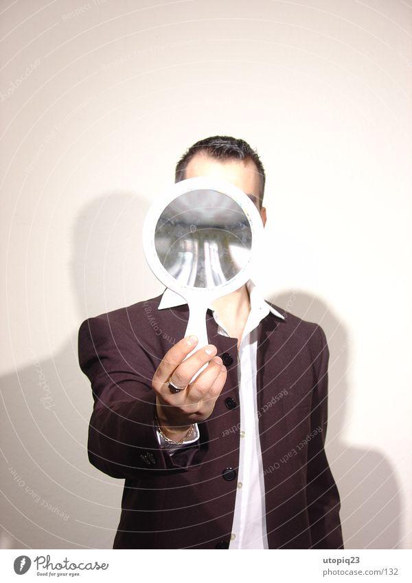 perfect look II Mensch stehen beobachten festhalten Spiegel Hemd entdecken Anzug verstecken anonym Identität Spiegelbild eitel egoistisch gesichtslos