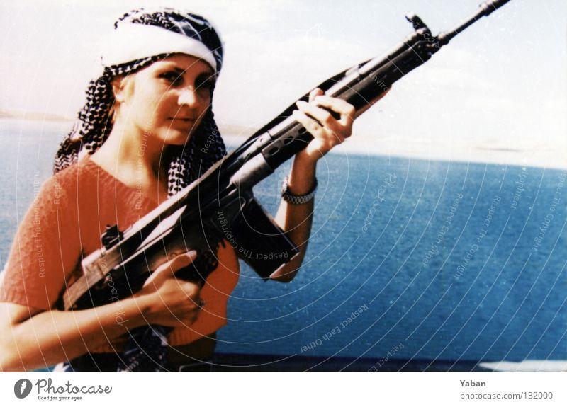 Durchs wilde Kurdistan II Frau Gewehr Sturmgewehr Waffe See Stausee Türkei Südosten Krieg Aufstand rebellieren Guerilla provokant schön historisch gefährlich