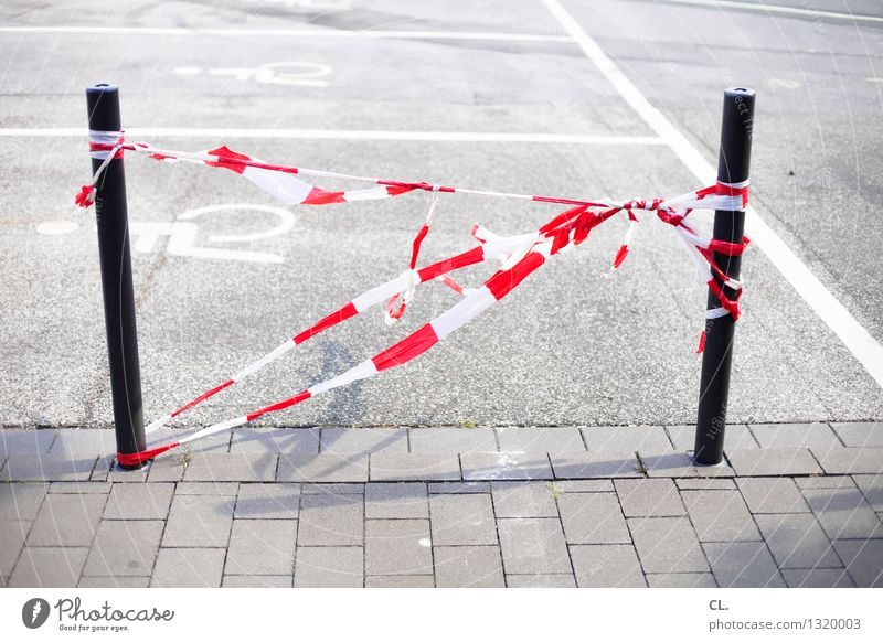 es flattaterte Verkehr Verkehrswege Straßenverkehr Wege & Pfade Barriere flatterband Parkplatz Poller rot weiß Farbfoto Außenaufnahme Menschenleer Tag
