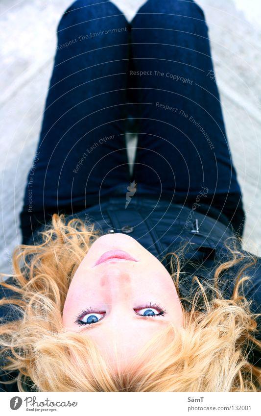 Looking Glas Frau blond Jacke schwarz grau träumen schön Lippen schmelzen Auge blau Jeanshose Treppe Haare & Frisuren fantastisch Gefühle