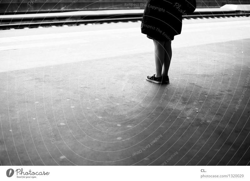 stehen und warten Mensch Frau Erwachsene Leben feminin Beine Verkehr Gleise Verkehrswege Langeweile Bahnhof Verkehrsmittel Bahnsteig Bahnfahren