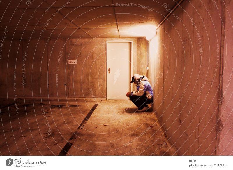 einsam Einsamkeit Trauer leer dunkel Tiefgarage verloren vergessen Panik Verzweiflung Gefühle Mann Angst Traurigkeit kein Ausweg dark Jungend Jugendliche