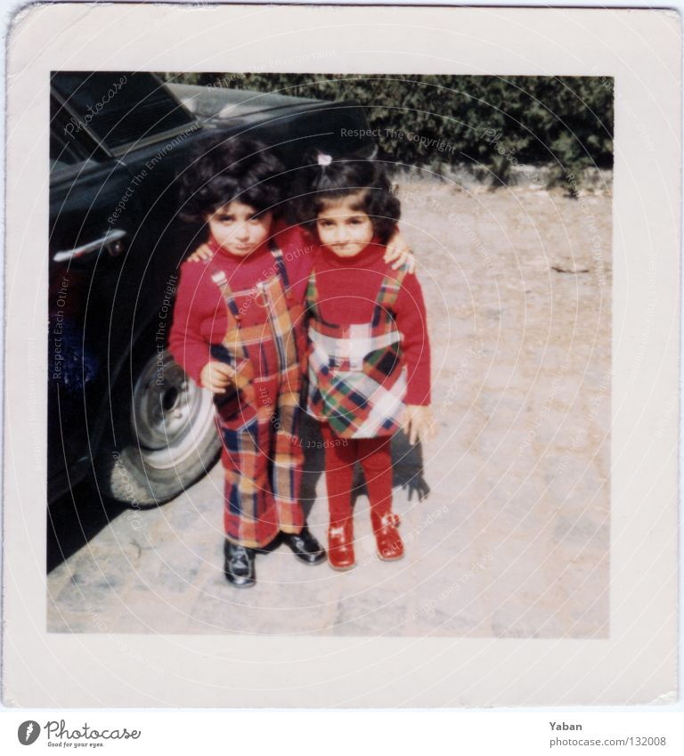 Twins 1972 rot Liebe Familie & Verwandtschaft retro Vertrauen Kleinkind Zusammenhalt schick Türkei Siebziger Jahre 7 kariert Bruder Schwester Zwilling Scan