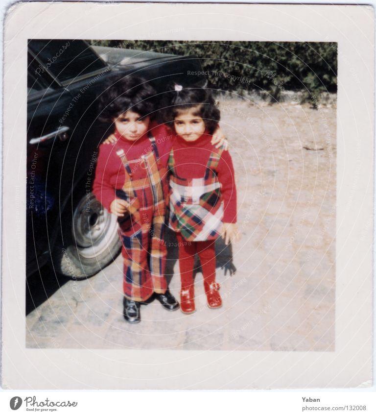 Twins 1972 rot Liebe Familie & Verwandtschaft retro Vertrauen Kleinkind Zusammenhalt schick Türkei Siebziger Jahre kariert Bruder Schwester Zwilling Scan