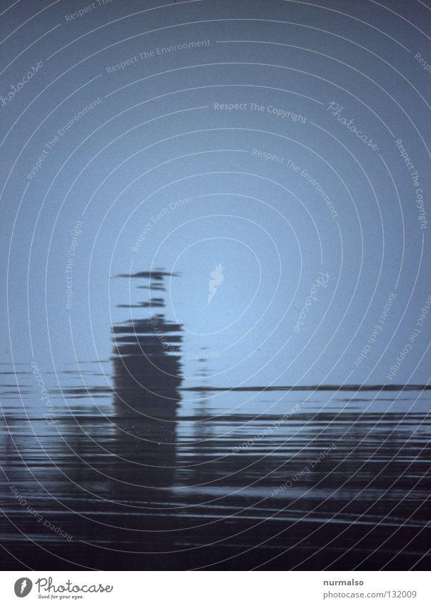 Unscheinbar Wasser schön Himmel blau ruhig Gefühle Bewegung Gebäude Metall Wellen Architektur Insel Fluss einfach Turm Streifen