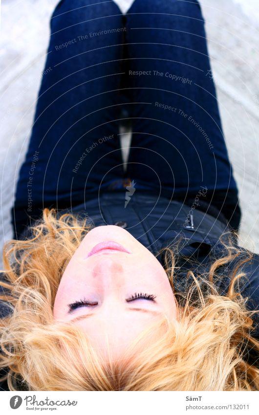 Dreaming Angel Frau blau schön schwarz Auge träumen blond Mund Jeanshose Lippen Jacke Wimpern verlieren schmelzen