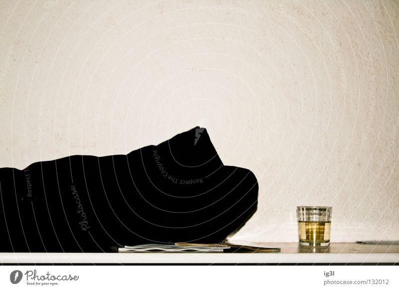 Eigenlob am Abend. Mensch Mann Erholung Freude Gefühle Glück Zeit Zufriedenheit Energiewirtschaft Angst trist Glas Kreativität Pause Boden trinken