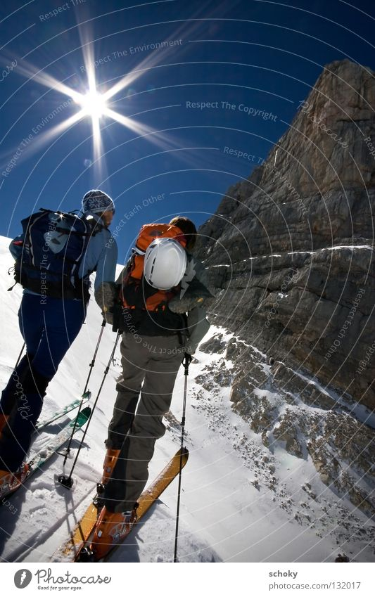 vorm_Dirndl Frau Himmel blau weiß Ferien & Urlaub & Reisen Sonne Winter Einsamkeit Ferne Erholung kalt Schnee Sport Berge u. Gebirge Freiheit Bewegung