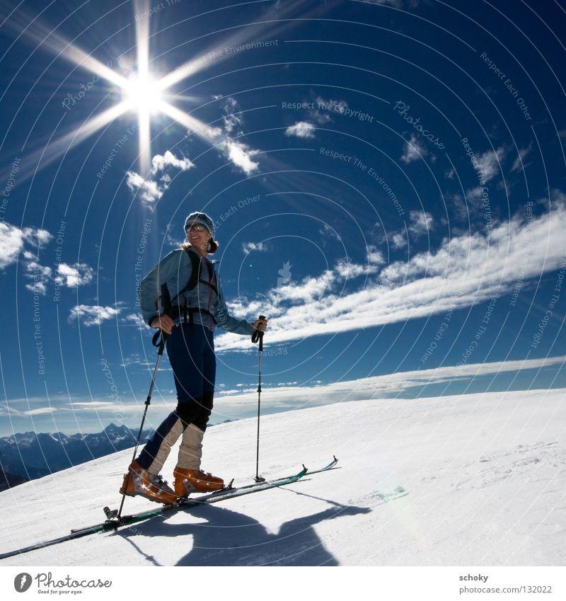 Geblendet Frau Himmel blau weiß Ferien & Urlaub & Reisen Sonne Winter Freude Einsamkeit Ferne Erholung kalt Schnee Sport Freiheit Bewegung