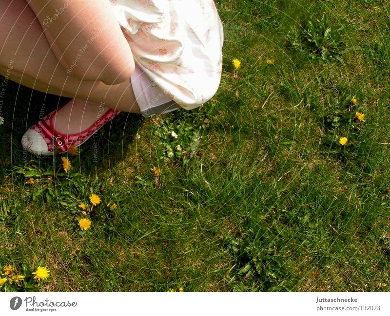 Chilloutzone hocken ducken Wiese Schuhe rot Mädchen Frau hilflos Erholung Frühling Erwartung Sommer grün Frieden hockend Zufriedenheit Garten Rasen