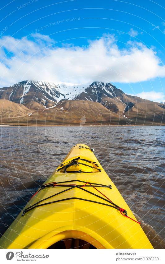 Im arktischen Meer Kayak fahren Mensch Himmel Natur Ferien & Urlaub & Reisen blau Sommer Einsamkeit Landschaft Berge u. Gebirge gelb Schnee Sport Freiheit