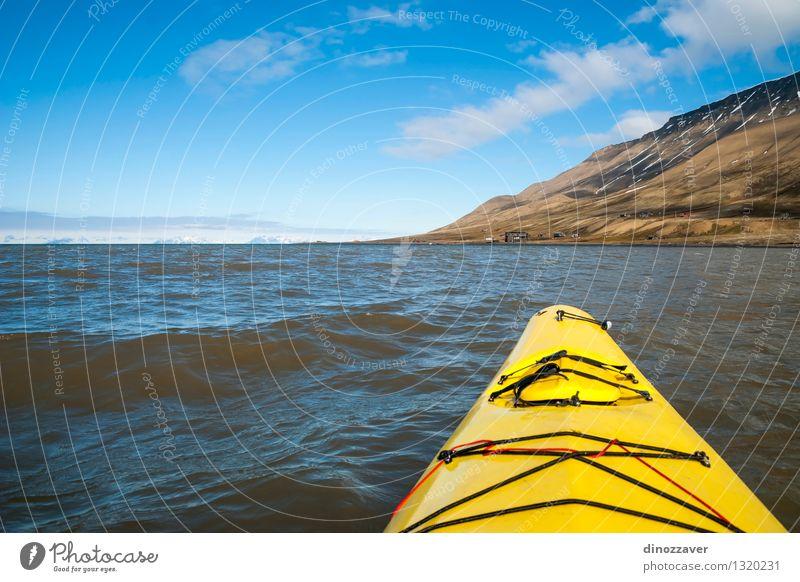 Kajak im Arktischen Meer Mensch Himmel Natur Ferien & Urlaub & Reisen blau Sommer Einsamkeit Landschaft Berge u. Gebirge gelb Schnee Sport Freiheit Lifestyle