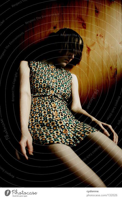 Moan Frau Licht stehen Gedanke Zeit Gefühle wahrnehmen Stil Lippen bleich Haare & Frisuren Kleid Blume Muster retro Nostalgie Wand Holz hängen Denken meckern