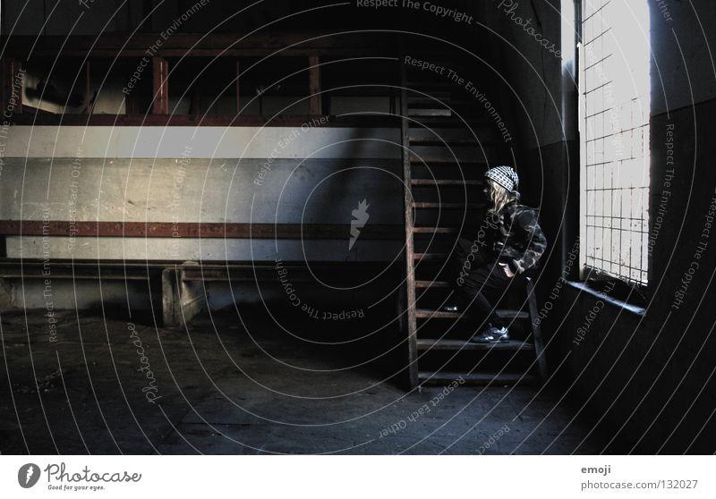 das Letzte Frau Jugendliche alt Einsamkeit Wand Fenster Holz träumen Traurigkeit Denken warten dreckig Beton sitzen Perspektive Industrie