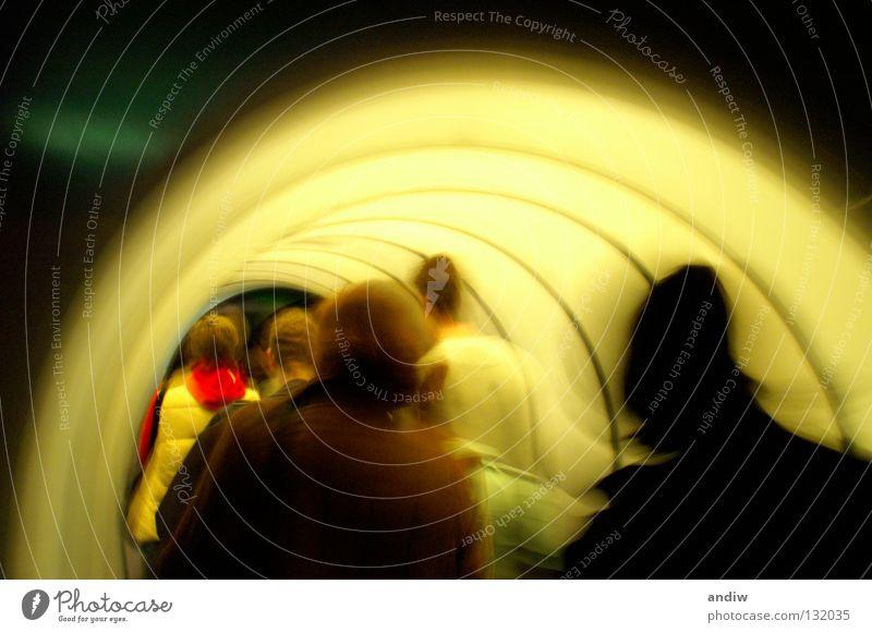 Tunnelbild Mensch dunkel Gefühle Bewegung Wege & Pfade Architektur hell Beleuchtung Europa Zukunft Eisenrohr Richtung Menschenmenge Museum Tourist