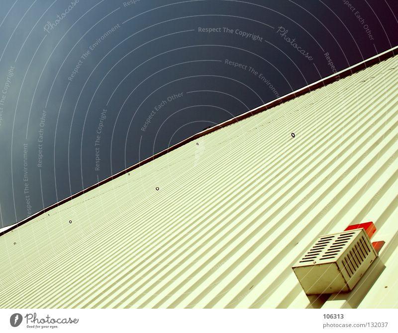 B.l.i.c.k.w.i.n.k.e.l. x Raumfreiheit Perspektive Wand Haus Lampe Sirene Alarm Sicherheit rot rund Warnung Warnhinweis Örtlichkeit leer Himmel Maske heften