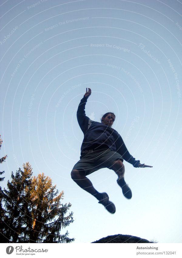 jump Mensch Himmel Spielen Bewegung springen Beine Luft hell Arme fliegen Luftverkehr Niveau Baumkrone