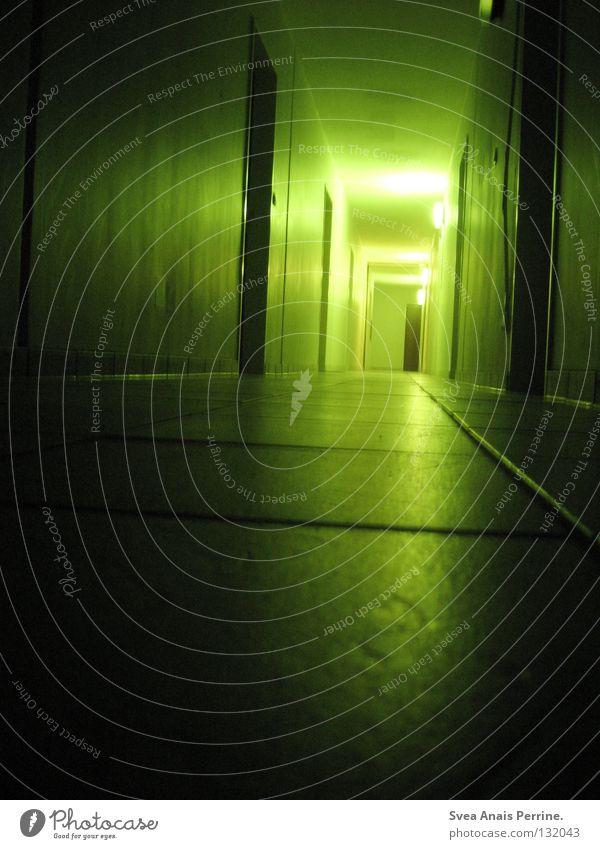 Was wartet am Ende deiner Reise Haus Flur Tür Boden Einsamkeit grauenvoll grausam gruselig Gegend Fliesen u. Kacheln Licht Schatten grün schwarz unbearbeitet