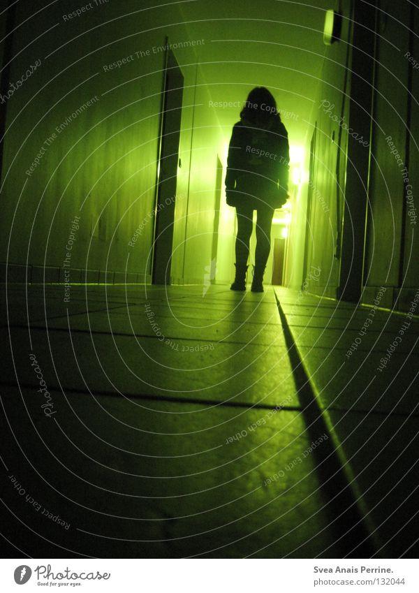 Was wartet am Ende deiner Reise ? Frau grün schwarz Haus Einsamkeit Leben feminin Tod Angst warten Wohnung gehen Tür gefährlich Filmindustrie stehen
