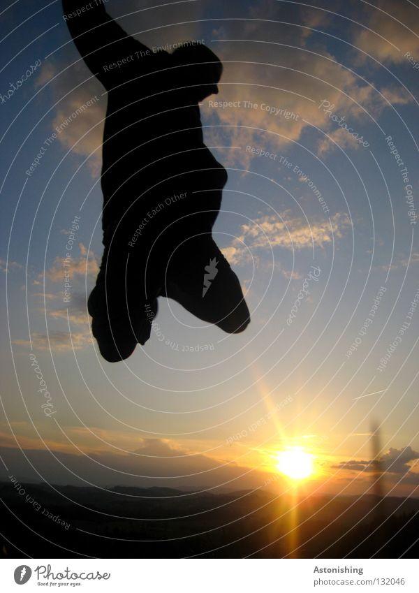 beinlos springen dunkel Mann Knie Horizont Licht Spielen Beine Sonne Himmel Landschaft Schatten Kontrast Mensch Beleuchtung Bewegung Perspektive hell