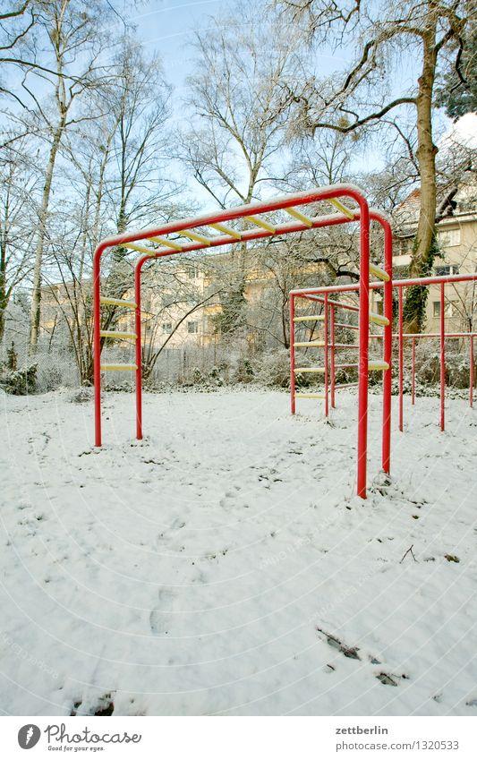 Spielplatz hell Licht Schnee Schneefall Schneedecke Winter Wintertag Kind Kletteranlage Klettern Menschenleer Textfreiraum Park kalt Häusliches Leben Wohngebiet