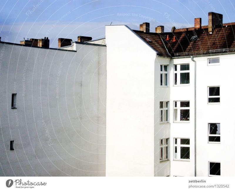 Berlin Haus Mehrfamilienhaus hinten Gasse Hinterhof Innenhof Fassade Fenster Fensterfront Dach Schornstein Himmel Häusliches Leben Wohngebiet Plattenbau Wohnung