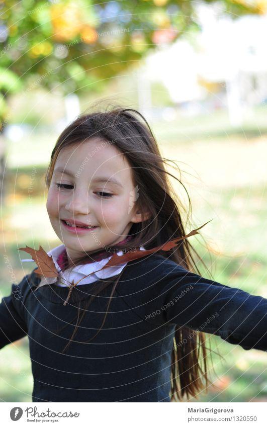 Tanzenkind und Herbstblatt Mensch feminin Mädchen Kindheit Leben Kopf Gesicht 1 3-8 Jahre Natur Sonne Sonnenlicht Klima Blatt Park Bewegung genießen Spielen