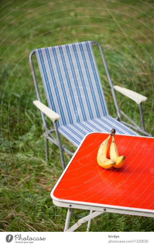 Retro-Camping mit Banane blau grün rot gelb Wiese Lifestyle Frucht Zufriedenheit authentisch Tisch Lebensfreude einfach einzigartig retro Kultur Pause