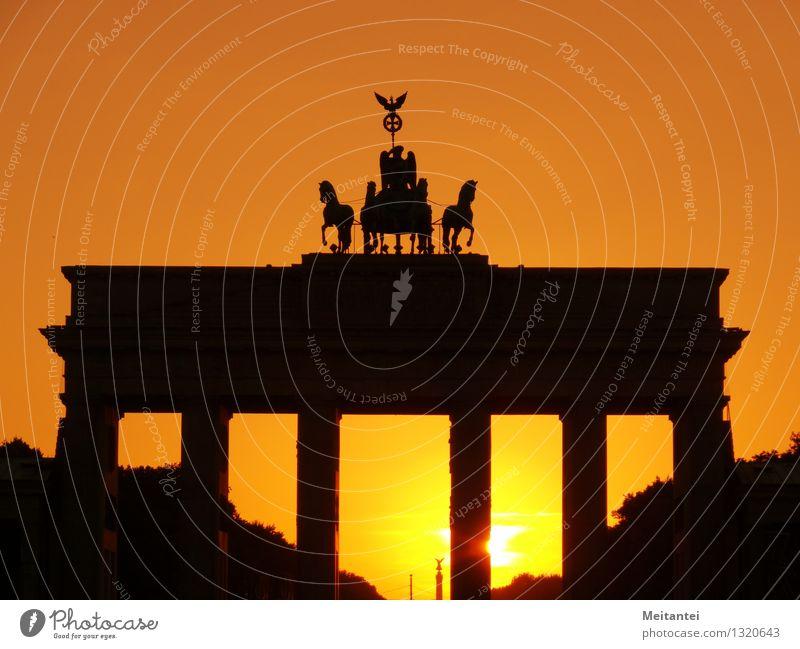Brandenburger Tor gelb Architektur Berlin Gebäude Deutschland orange gold Europa Bauwerk Denkmal Wahrzeichen Hauptstadt Grenze Stadtzentrum Sehenswürdigkeit