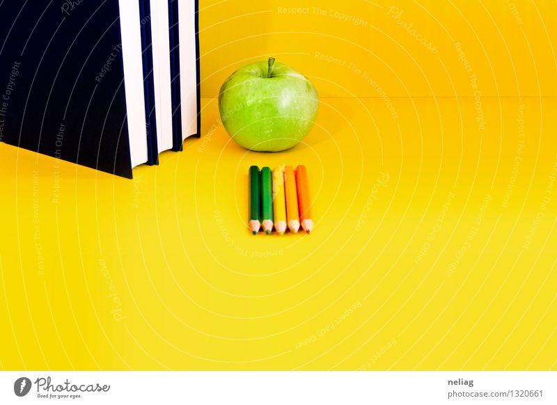 Bücher, grüner Apfel, farbige Zeichenstifte auf hellem gelbem Hintergrund blau ruhig Schule Lebensmittel orange Frucht lernen Buch lesen Neugier Bildung Student