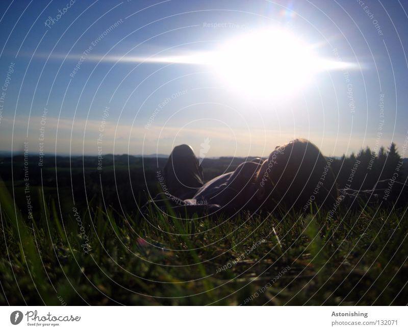 der erste Sommertag II genießen schlafen ruhig Wiese Hügel Mann Horizont Licht Wolken dunkel Gras Halm Landschaft liegen Sonne Himmel Mühlviertel Mensch Beine