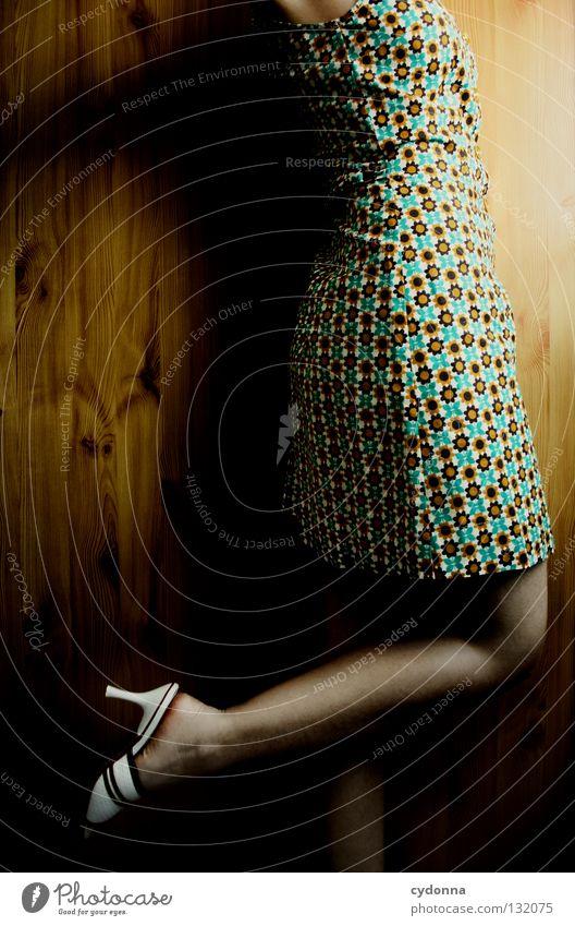 imaginary kissing scene Frau Licht stehen Gedanke Zeit Gefühle wahrnehmen Stil Lippen bleich Haare & Frisuren Kleid Blume Muster retro Nostalgie Wand Holz