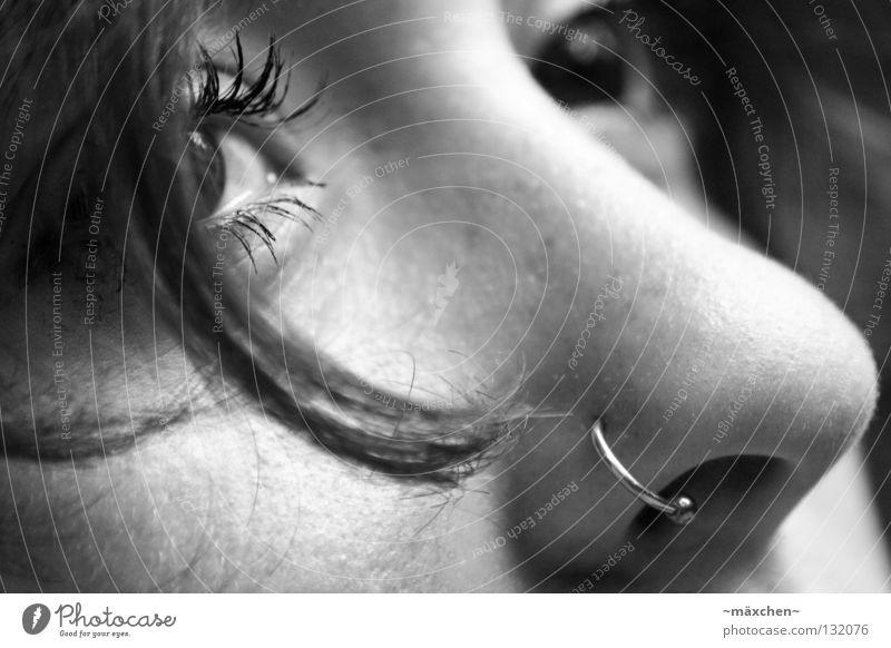 thoughtful Gedanke Denken Geistesabwesend Piercing Locken Haarsträhne Porträt weiß schwarz Grauwert untergehen Konzentration Frau schön nachdenken Nase