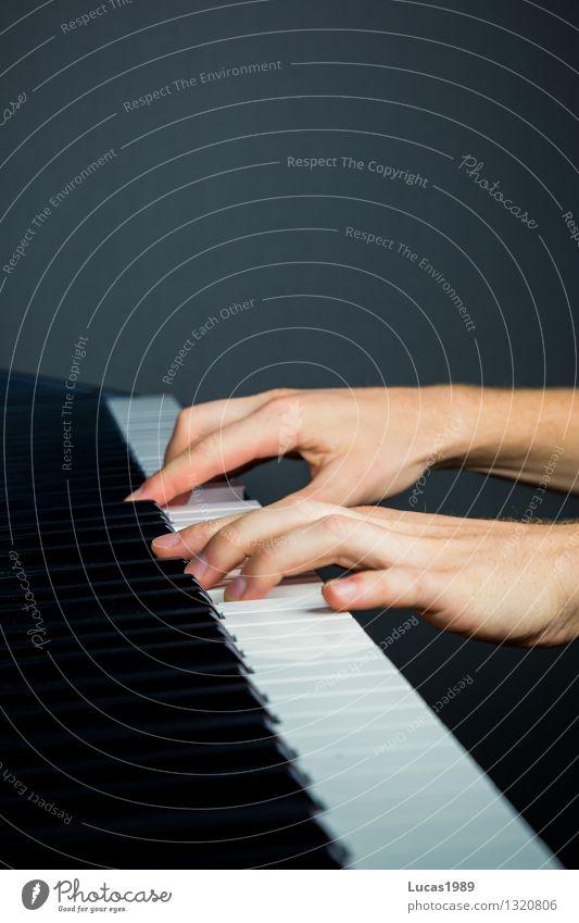 Fingerfertigkeit Mensch weiß schwarz Spielen Kunst Musik Konzentration Schüler Kontrolle Konzert Künstler Klaviatur Klavier Musiker üben