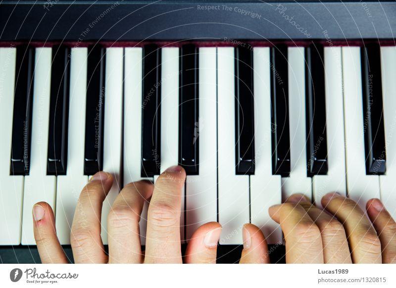 Pianist Schüler Musikschule Schulunterricht üben lernen Hand Finger Künstler Musik hören Konzert Musiker Klavier Keyboard Spielen Freude Konzentration Farbfoto