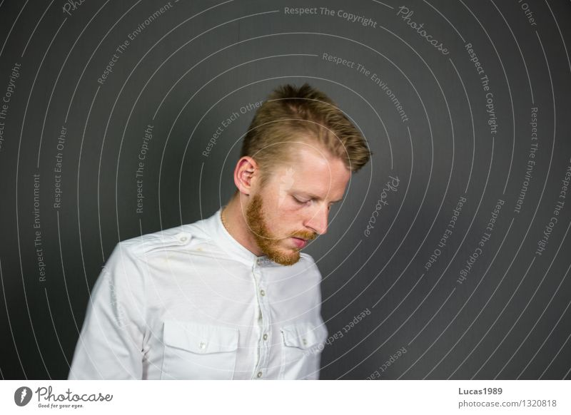 Weiß-heit Mensch Jugendliche Mann Einsamkeit Junger Mann 18-30 Jahre Erwachsene Traurigkeit maskulin lernen Studium Trauer T-Shirt Student Bart Hemd