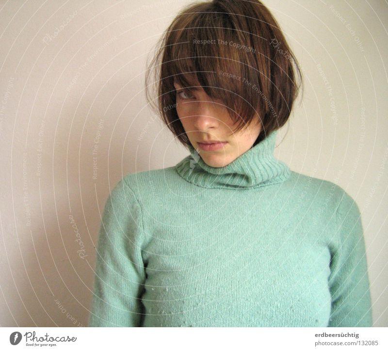 Du verstehst mich nicht. Haare & Frisuren Frau Erwachsene Mund Pullover Pony Behaarung Traurigkeit kalt weiß Trauer Schwäche Rollkragenpullover Wand mint