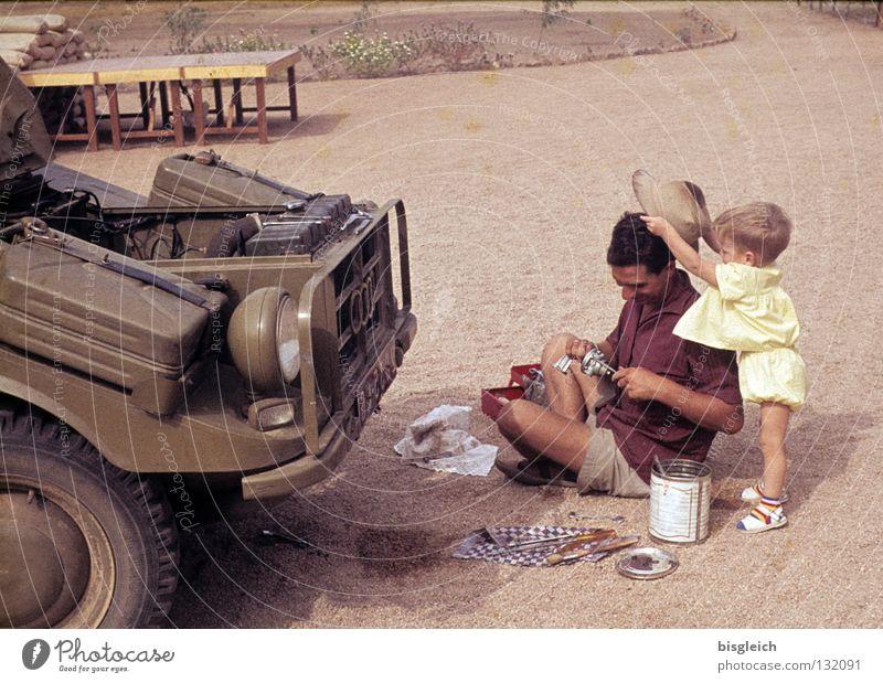 Familienfoto I: Wenn der Vater mit dem Sohne ... Farbfoto Außenaufnahme Werkzeug Mensch Kleinkind Mann Erwachsene Familie & Verwandtschaft 2 1-3 Jahre Sand
