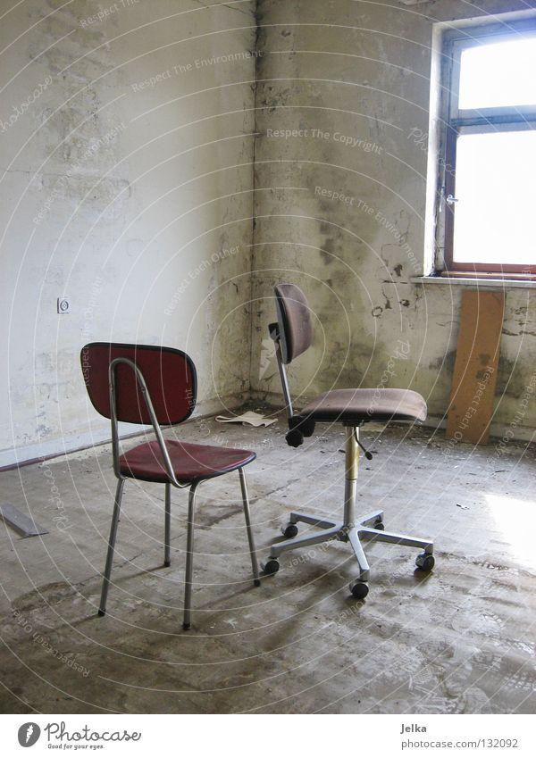 sometimes... Stuhl Tapete Raum Fabrik Industrieanlage Ruine Mauer Wand Fenster Fußspur alt dreckig retro rot Einsamkeit Verfall Zerstörung Insolvenz verfallen
