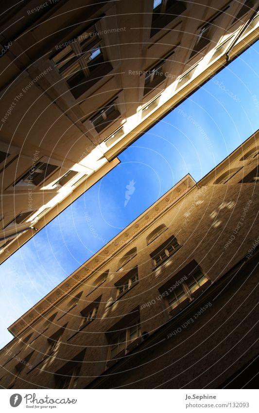 Gassenpanorama IV Haus Himmel Gebäude Fenster Stadthaus diagonal eng Fassade Wand hoch Architektur Detailaufnahme Froschperspektive Weitwinkel Außenaufnahme