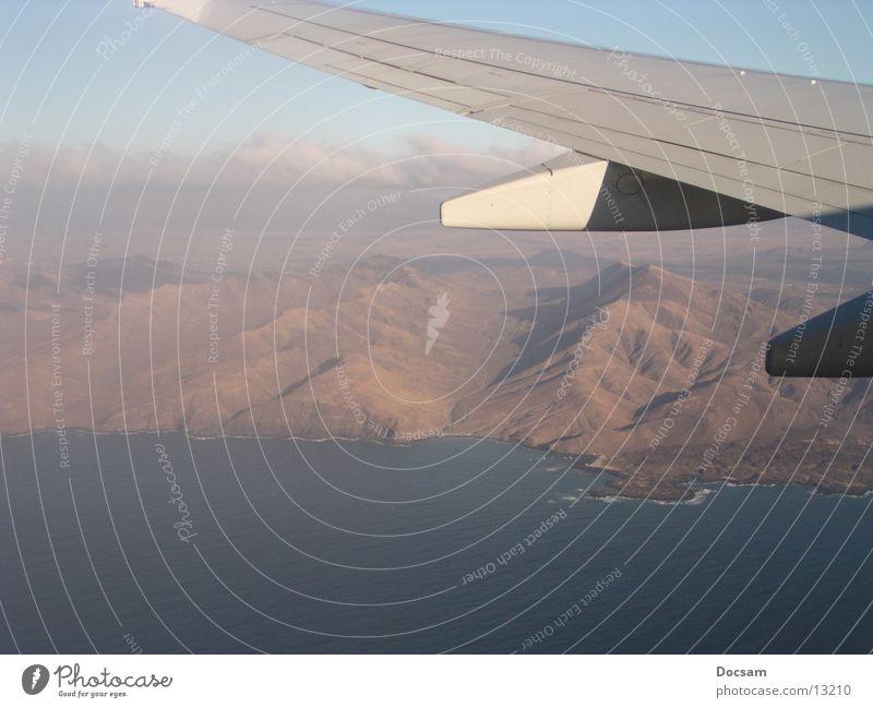 verflogen Flugzeug Fuerteventura Luftaufnahme Meer Tragfläche Berge u. Gebirge fliegen boing 737