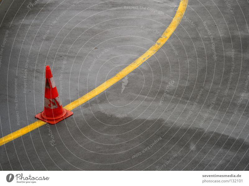 Hütchenspiel Asphalt kalt Teer Hut laut Eyecatcher unruhig Straßenbegrenzung Baustelle Regel Regelung Außenaufnahme Verkehrswege Straßennamenschild Pilone