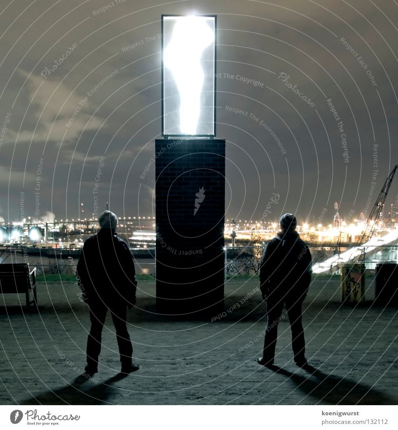 Transporter: Energie! Paar Hamburg Brücke paarweise Industriefotografie Hafen Mütze Skulptur Säule Neonlicht staunen Schwärmerei Schlagschatten Containerterminal Altona