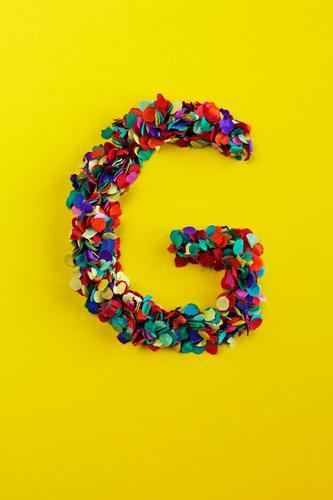 G Kunst Kunstwerk ästhetisch grün gelb Glück Gefühle Buchstaben Typographie knallig Design Kreativität Konfetti Farbfoto mehrfarbig Innenaufnahme Experiment
