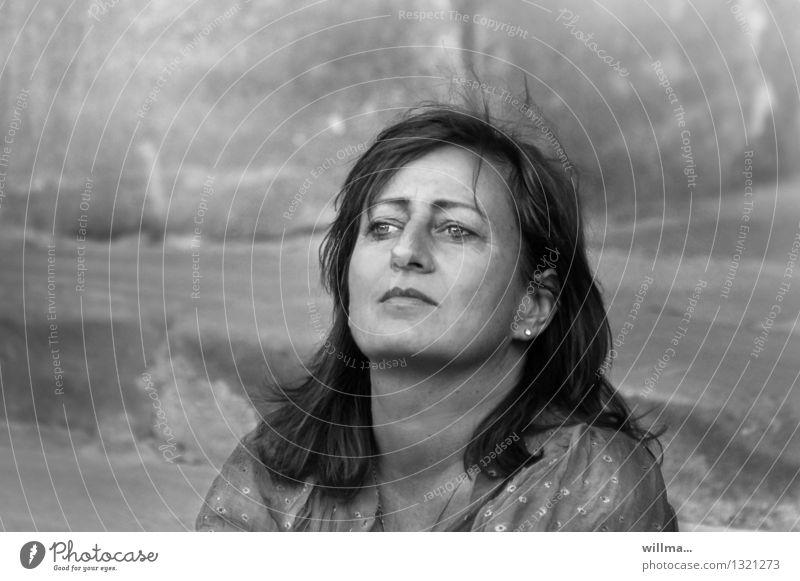 sw-porträt einer nachdenklichen reifen frau Arbeitslosigkeit feminin Frau Erwachsene 45-60 Jahre langhaarig Denken träumen Traurigkeit Gefühle Stimmung Hoffnung