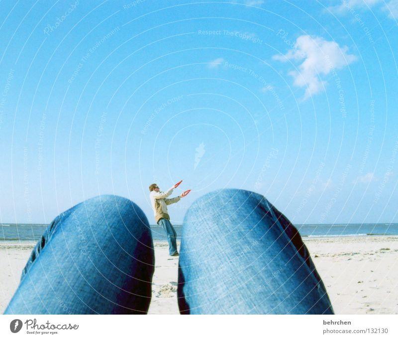bloß nicht loslassen Farbfoto Außenaufnahme Sonnenlicht Freiheit Strand Meer Insel Beine Wasser Himmel Wolken Wind Sturm Küste Nordsee Jeanshose festhalten