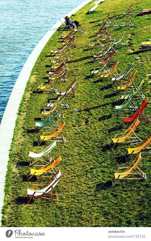 Spreestrand Strand ruhig Liegestuhl leer Wiese Gras Berlin stadtstrand Abwasserkanal Küste Erholung Rasen